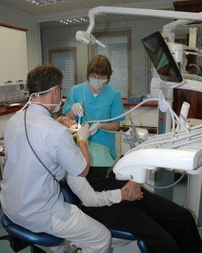 Ehkäisevä hammashoito vähentää hampaiden paikkausta