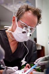 LHLA:n perustaja hammaslääkäri Klaus Niskanen (1961-2016) työssään.
